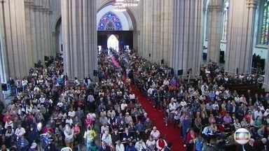 """Dom Paulo Evaristo Arns será sepultado na Catedral da Sé - O cardeal Dom Paulo Evaristo Arns vai ser sepultado nesta sexta-feira (16), na Catedral da Sé, no Centro de São Paulo. Milhares de pessoas já passaram pelo local para se despedir do """"amigo dos pobres"""", como ele queria ficar conhecido."""