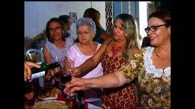 Grupo promove 'quinta do vinho' para reunir amigos e celebrar a vida - Encontros semanais se repetem há três anos.