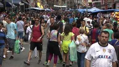 Comércio popular de São Paulo fica lotado às vésperas do Natal - Na região central de São Paulo, as ruas ficaram lotadas de consumidores que querem garantir os presentes de Natal. Já nos shoppings, tem mais gente passeando do que comprando.