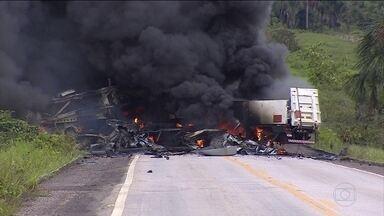 Explosões de caminhões deixam dois mortos em Rondônia - Duas pessoas morreram no acidente entre uma carreta carregada com gás industrial e um caminhão-cegonha, em Abunã. Os caminhões explodiram e o fogo intenso durou mais de uma hora. O trânsito na BR-364 ficou interrompido por mais de 12 horas.