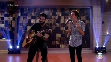 João Côrtes canta 'Ain't no Sunshine' - Guto Oliveira, da banda Outro Eu, o acompanha no violão
