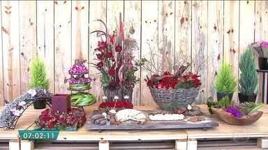 Quadro Verde dá dicas para montar arranjos na mesa da ceia de Natal - Uma das sugestões do florista Ralph Dekker é usar doces típicos de Natal para compor o cenário que une pequenos enfeites, flores vermelhas e pães em uma grande tábua.