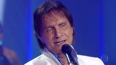 Roberto Carlos canta a música 'Emoções' - Cantor emociona a plateia