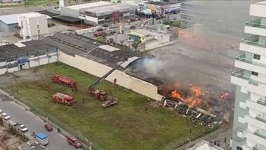 Incêndio de grandes proporções atinge galpão de loja na Grande Florianópolis - Incêndio de grandes proporções atinge galpão de loja na Grande Florianópolis