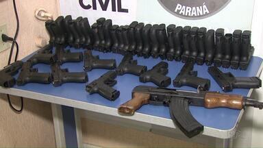 Polícia apreende grande quantidade de armas e munição - O contrabando estava escondido num caminhão.