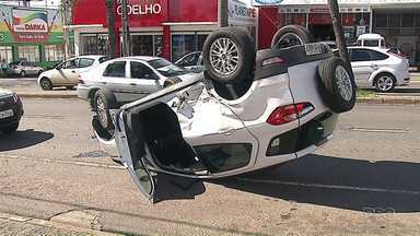 Carro capota em avenida movimentada de Ponta Grossa - Foi na Dom Pedro II, no bairro Nova Rússia. Ninguém se feriu com gravidade.