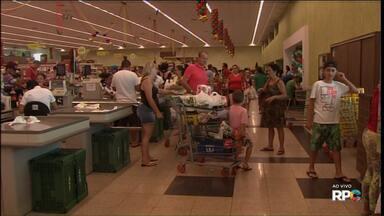 Supermercados ficam cheios na véspera de Natal - Nossas equipes acompanharam o movimento em Curitiba, Umuarama e Cascavel.