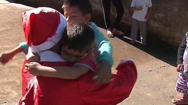 Grupos se mobilizam para entregar presentes, em Ponta Grossa - Hoje cedo, o Papai Noel chegou com lanche e brinquedos para a criançada.