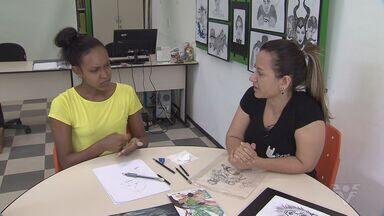 Desenhista supera obstáculos e divulga seu trabalho na Gibiteca de Santos - Larissa é surda e muda, mas tem talento de sobra.