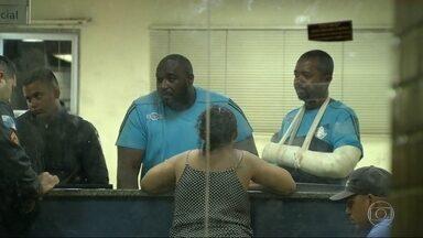 Dois seguranças são torturados por bandidos no CT do Fluminense - Os bandidos invadiram o local no fim da tarde de sexta (23) e ficaram lá por três horas. Quando a PM chegou, começou um tiroteio. Um bandido e um policial foram baleados.