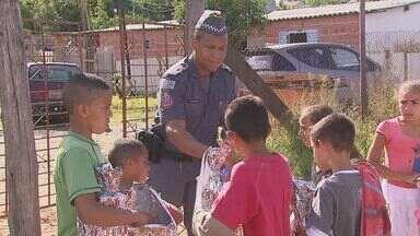 Policiais Militares entregam brinquedos para crianças de bairro em Itirapina, SP - Policiais fizeram Natal mais feliz para mais de 70 crianças.