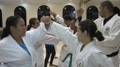Igreja sede espaço para a prática de exercícios no bairro da Caixa D'água, em Salvador - Zumba, karatê e capoeira são alguns dos exercícios disponíveis. Confira na reportagem.