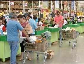 Supermercados de Montes Claros estão lotados na véspera de Natal - Pesquisa aponta que alguns produtos das ceias foram trocados por outros mais baratos.