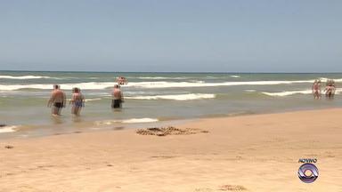 Veranistas curtem praia antes da ceia de Natal em Capão da Canoa, RS - Família de Montenegro diz que já deixou tudo preparado na antevéspera.