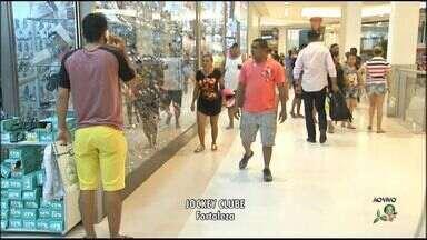 Shoppings de Fortaleza têm movimento intenso na véspera do Natal - Pessoas correm para fazer as compras antes da festa natalina.