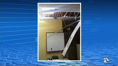 Dupla arromba teto de escola e leva notebook em Brejinho - Adolescentes reviraram algumas salas da instituição, conforme a polícia.