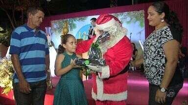 Crianças recebem presentes no Natal da Praça da Imprensa Chanceler Airton Queiroz - Crianças escreveram para o papai noel e receberam os presentes durante a ação na praça.