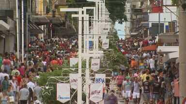 Véspera de natal movimenta lojas do centro de Ribeirão Preto - Consumidores que deixaram pra comprar o presente na última hora fizeram a alegria dos comerciantes.