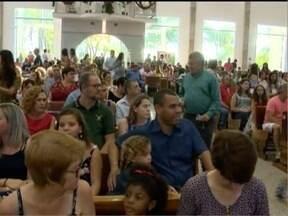 Cristãos participam de missa em comemoração ao Natal - Data celebra o nascimento de Jesus Cristo.