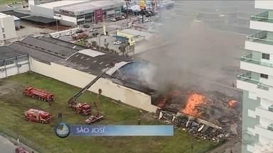 Giro de notícias: incêndio atinge galpão de loja na Grande Florianópolis - Giro de notícias: incêndio atinge galpão de loja na Grande Florianópolis