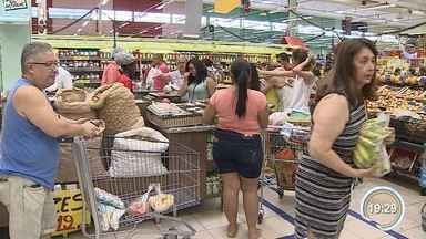 Supermercados ficam lotados na véspera do Natal - Consumidores compraram produtos da ceia neste sábado.