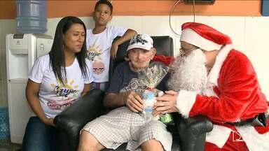 Idosos do Asilo de Mendicidade recebem visita do Papai Noel - Idosos do Asilo de Mendicidade recebem visita do Papai Noel