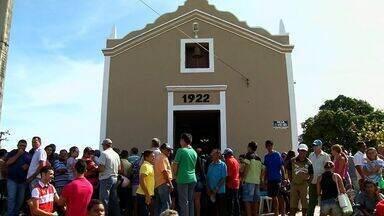 Mãe e filho mortos em acidente são enterrados em Várzea Alegre - Três pessoas morrem no acidente ocorrido na quinta-feira (22) na BR-104, em Alagoas.
