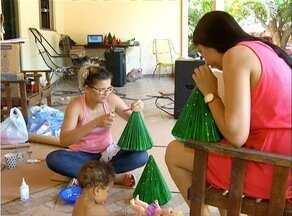 Família se reúne para decorar casa e preparar a ceia de Natal que será partilhada - Família se reúne para decorar casa e preparar a ceia de Natal que será partilhada