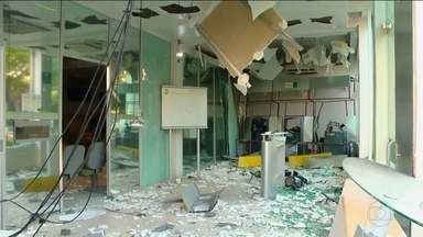 Bando explode caixas eletrônicos no interior do RS - Para fugir, fizeram um escudo humano com os moradores. Troca de tiros deixou três feridos. Os moradores de São Sepé ainda estão assustados.