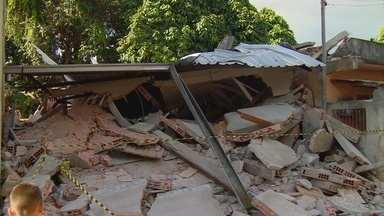 Desabamento de casa deixa homem ferido na Zona Oeste de Manaus - Fato ocorreu em beco no bairro Compensa.