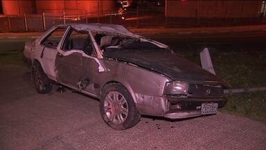 Motorista morre em acidente na Zona Leste - Quatro pessoas estavam em um carro que capotou em Itaquera, na Zona Leste da capital. Uma delas, o motorista, morreu. A polícia diz que todos tinham bebido e que o carro estava em alta velocidade.