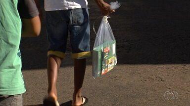 Grupo doa materiais escolares para crianças carentes em Inhumas - Entrega aconteceu no domingo, feriado de Natal.