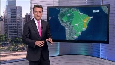 Frente fria pode causar temporais no Rio Grande do Sul - A previsão é de temporais com granizo no Sul do Rio Grande do Sul. Risco de inundação é médio no Sul do país. Na Grande Belo Horizonte, ventania deixou alguns estragos. Mais previsão de chuvas para BH.