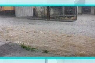 Chuvas causam transtornos em cidades do Centro-Oeste de MG - Em Itapecerica, cobertura montada em frente à igreja da Boa Viagem foi derrubada pelo vento e um muro de uma construção também ficou danificado. Árvores caíram em Divinópolis. Falta de energia foi registrada em Pompéu.