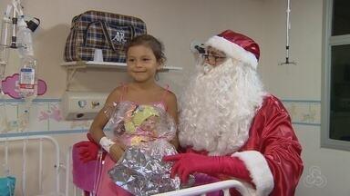 Advogado troca o terno pela roupa de Papai Noel, no AM - Voluntário faz a alegria de crianças.