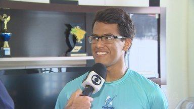 """Atleta do AM é 1º do Norte-Nordeste a fazer travessia """"Do Leme ao Pontal"""" - Vitor Gadelha, de 19 anos, também passa a ser o nadador mais novo a completar a prova de 35km."""