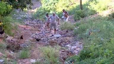 Moradores do Ribeiro de Abreu, em BH, dizem que esperam por asfaltamento de ruas há 7 anos - Obra faz parte do Orçamento Participativo. Reportagem foi uma sugestão de telespectadores.
