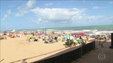 Nordeste atrai milhões de pessoas para curtir as festas de Réveillon - Todo mundo querendo acompanhar a chegada do Ano Novo à beira mar. No Recife, serão dois palcos, montados nas praias do Pina e de Boa Viagem, com dez atrações musicais.