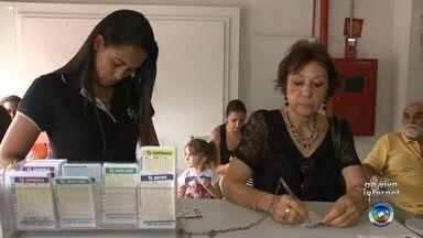 Apostadores de última hora fazem fila nas lotéricas de Rio Preto - Apostadores de última hora fazem fila nas lotéricas de Rio Preto. Sorteio da Mega-Sena da virada promete mais de R$ 200 milhões.