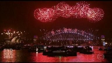 Jornal Hoje - Edição de sábado, 31/12/2016 - O mundo celebra a chegada de 2017. Na Oceania, a virada do ano foi na imensa torre quando ainda era de manhã no Brasil. Na Austrália, o espetáculo de fogos de artifício encanta a Baía de Sidney. E mais as notícias da manhã.