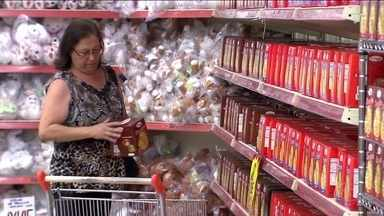 Fim de festa, hora de procurar as pechinchas nas liquidações - Está sobrando panetone em promoção nas lojas. Na rede de supermercados especializada em doces a venda de panetones até foi maior do que a de 2015..