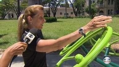 Academias ao ar livre são opção para exercícios físicos, mas exigem cuidado - A educadora física Bia Bicalho mostra como usar os aparelhos corretamente para não ter nenhuma lesão.