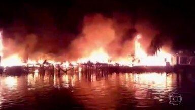 Incêndio em favela deixa 800 pessoas desabrigadas no litoral de SP - O fogo em Santos começou na noite de segunda-feira (2) e só foi controlado de madrugada. Duzentos barracos foram atingidos, mas ninguém se feriu com gravidade.