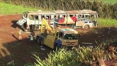 Acidente com ônibus mata sete pessoas no Paraná - O ônibus caiu na ribanceira depois que o motorista perdeu o controle do veículo ao fazer uma curva em um cruzamento. A viagem começou em Foz do Iguaçu e terminaria em Maringá.