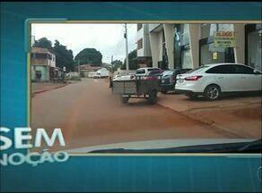 Motorista flagra carretinha atravessada no meio da rua em Araguaína - Motorista flagra carretinha atravessada no meio da rua em Araguaína