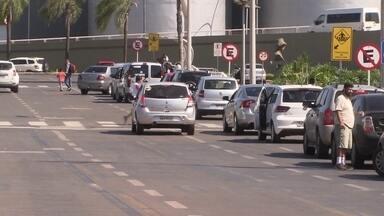 Motoristas encontram dificuldades para parar o carro no aeroporto de Brasília - Os motoristas que precisam buscar passageiros no aeroporto de Brasília têm dificuldade para parar o carro. Na área de embarque e desembarque, eles reclamam da falta de tolerância.