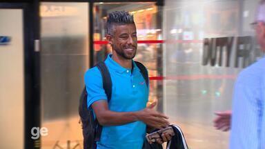 Léo Moura chega a Porto Alegre para assinar com o Grêmio - Assista ao vídeo.