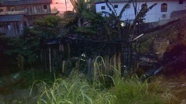 Incêndio atinge duas casas em bairro da Zona Sul de Manaus - Vizinhos denunciam que dona de imóvel destruído é suspeita de tocar fogo.