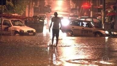 Moradores do Campo Limpo limpam suas casas após temporal em SP - Moradores do Campo Limpo, na Zona Sul de São Paulo, tiveram uma terça-feira (10) de muito trabalho após as fortes chuvas que atingiram a região na segunda-feira (9). Eles contam que as enchentes nos bairros são recorrentes nesta época do ano.
