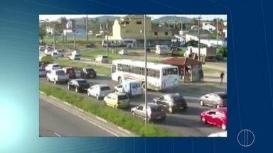 Idosa morre atropelada a 100 metros de passarela em São Pedro da Aldeia, no RJ - Acidente causou congestionamento na RJ-140.